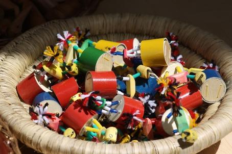 Brinquedo popular interativo vendido na feira de Caruaru/PE fabricado com canudos e retalhos.