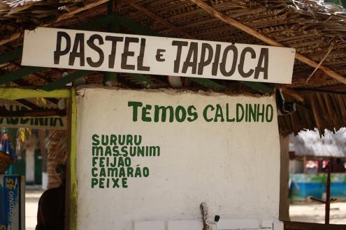 Tapioca é a iguaria extraída da mandioca, usualmente preparada em forma granulada. O famoso beiju, quitute indígena descoberto em Pernambuco no século XVI e comercializando na Praia do Gunga/AL com recheios de mariscos.