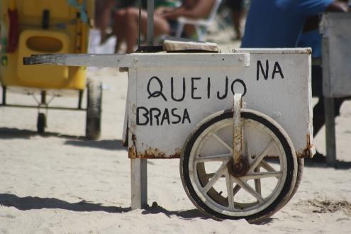 O queijo coalho na brasa é um produto tradicional vendido nas praias Nordestinas - assado em grelhas improvisadas no sol escaldante do litoral. Estima-se que o queijo coalho reconhecido como o mais consumido do Brasil é produzido há mais de 150 anos.